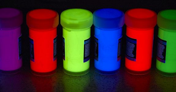 Fluoreszierende Liquid Art Fotos mit UV-Blitz