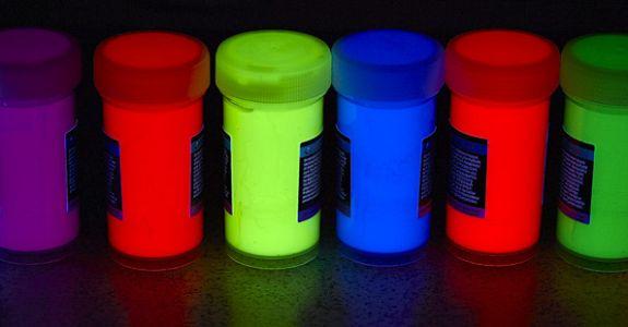 Fluoreszierende Liquid Art Fotos mit UV-Blitz